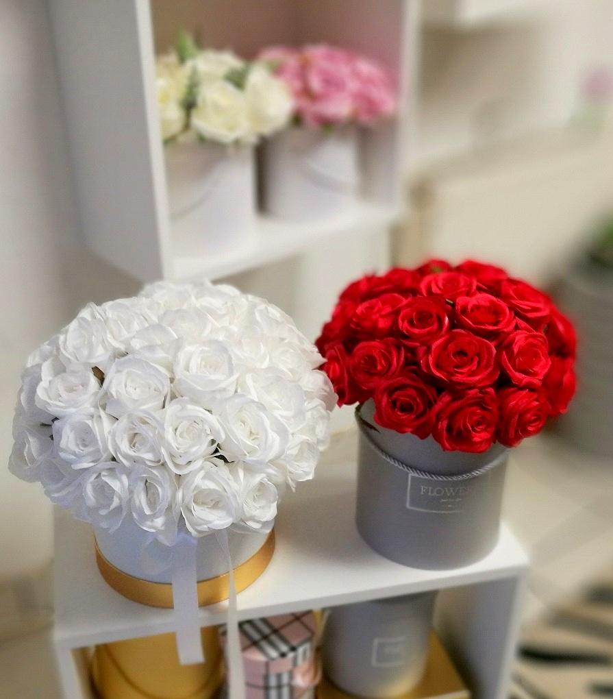 Biały flower box z białymi różami nr. 131