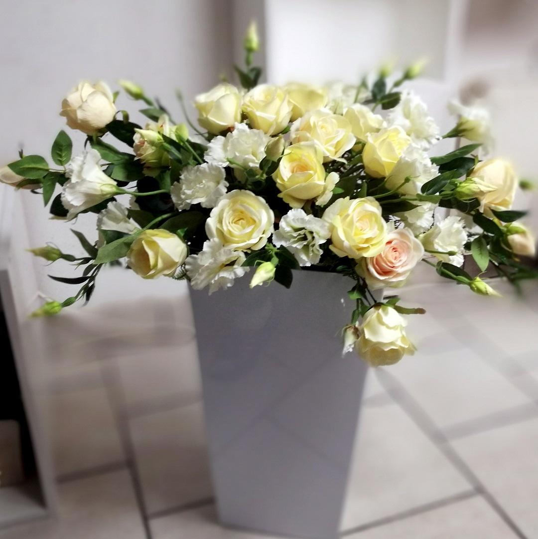 Eustoma i róże w białej donicy nr. 138