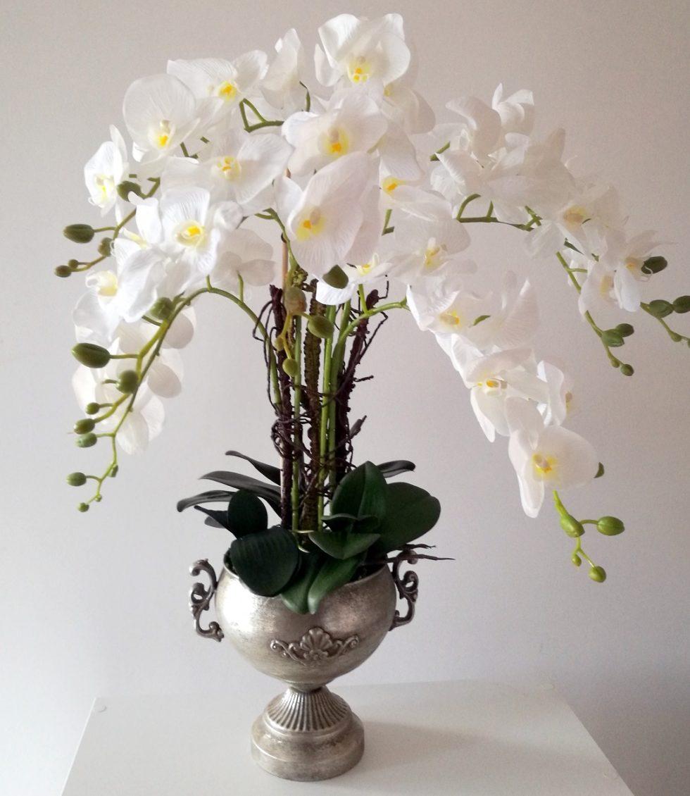 Śnieżnobiały storczyk w metalowej wazie nr. 164