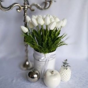 Białe tulipany w białym pudełku nr.174