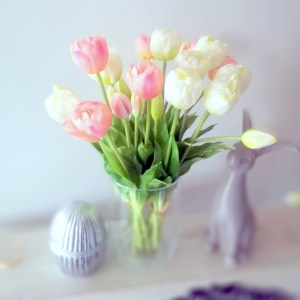 Bukiet gumowych tulipanów w wazonie 4