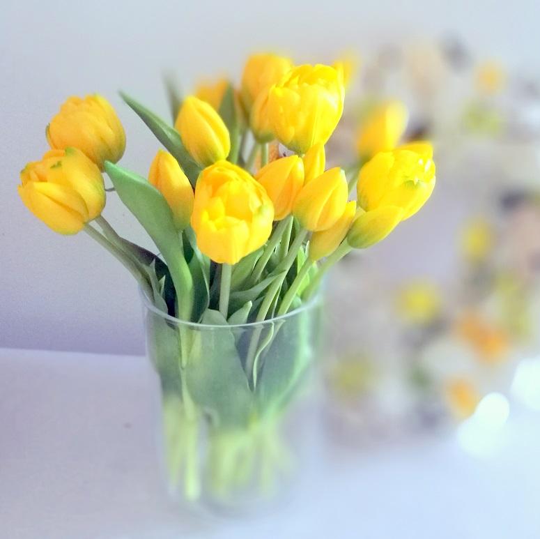 Bukiet gumowych tulipanów w wazonie 2