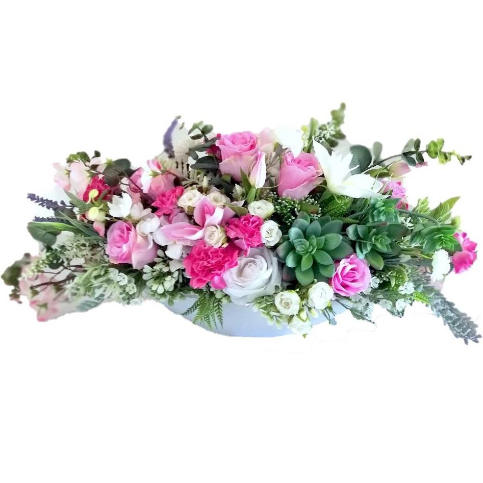 Kompozycja kwiatowa z bukietem Marzenie 4 nr 363 Kompozycja kwiatowa z bukietem Marzenie 4 nr 363 to piękna dekoracja umieszczona w pięknej, porcelanowej donicy oraz bukiet w plastikowym wkładzie. Wysokiej jakości sztuczne kwiaty: clamantis, jabłoń, pełnik, róże, czosnek, goździki, tworzą niepowtarzalną, lekką i delikatną kompozycję. Kompozycję kwiatową z bukietem Marzenie ozdobiliśmy jest kilkoma rodzajami sukulentów. Kwiatostany kompozycji kwiatowej są miękkie i delikatne w dotyku, do złudzenia przypominają naturalne. Kompozycja kwiatowa znakomicie nadaje się na prezent. Kompozycja kwiatowa z bukietem Marzenie jest urocza i delikatna. Dodatkowo bardzo praktyczna w użytkowaniu.   Doskonale zaprezentuje się zarówno w pomieszczeniach domowych, jak i publicznych. Kompozycja kwiatowa z bukietem Marzenie swoim urokiem ucieszy oko każdego z obecnych i zdecydowanie poprawi nastrój każdego wnętrza wnosząc tam odrobinę marzenia.
