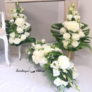 Bukiet na cmentarz Noce w Rodanthe nr 378 Bukiet na cmentarz Noce w Rodanthe nr 378 to przepiękna i nowoczesna dekoracja nagrobna. Przepiękne białe eustomy oraz róże w eleganckim odcieniu bieli wykorzystane w bukiecie na cmentarz, pięknie ze sobą współgrają, tworząc śliczną dekorację. Kwiaty wykorzystane do tej dekoracji nagrobnej są bardzo wysokiej jakości. Dekoracja niezależnie od pory roku będzie prezentować się pięknie. Prosta forma nadaje kompozycji lekkości i elegancji. Wysokiej jakości kwiaty oraz harmonia kompozycji pięknie będzie prezentować się zarówno na ciemnym jak i jasnym nagrobku. Zielone elementy podkreślają kolor kwiatów. Dekoracja niespotykana i bardzo elegancka. Bukiet osadzony w plastikowym wkładzie. Na zamówienie możemy wykonać go również w formie bukietu bez wkładu, jak na zdjęciach. Jest to elegancka alternatywa dla tradycyjnych wiązanek, sprzedawanych pod cmentarzami. Jeżeli spodobał się Wam nasz Bukiet na cmentarz Noce w Rodanthe nr 378 możemy dla Was przygotować w komplecie inne elementy dekoracyjne, takie jak wianki, stroiki, bukiety itp., zgodnie z Waszymi życzeniami, które możecie nam przekazać. Wymiary bukietu na cmentarz: Wysokość razem z wkładem 67 cm Nie ma dwóch takich samych Każda z naszych dekoracji jest wykonywana ręcznie, więc gwarantujemy, że dekoracja dostarczona Wam będzie jedyna w swoim rodzaju. Ze względu na to, że nasze kompozycje wykonywane są za każdym razem ręcznie przez florystę oraz sezonowość wykorzystywanych w kompozycjach dodatków – kompozycja przygotowana dla Państwa może delikatnie różnić się od przedstawionej na zdjęciu. Gwarantujemy natomiast jakość i estetykę wykonania Państwa zamówienia. Kompozycja na cmentarz w jesiennych kolorach Kompozycja nagrobna nr. 133 Kompozycja na cmentarz z hortensją nr.126