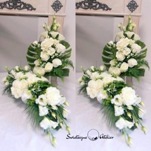 Zestaw nagrobny Noce w Rodanthe nr 379 Zestaw nagrobny Noce w Rodanthe nr 379 to przepiękne i nowoczesne zestawienie kwiatowe na grób. Przepiękne białe eustomy oraz róże w eleganckim odcieniu bieli wykorzystane w zestawie na cmentarz, pięknie ze sobą współgrają, tworząc śliczną dekorację. Kwiaty wykorzystane do tej dekoracji nagrobnej są bardzo wysokiej jakości. Dekoracja niezależnie od pory roku będzie prezentować się pięknie. Prosta forma nadaje kompozycji lekkości i elegancji. Wysokiej jakości kwiaty oraz harmonia kompozycji pięknie będzie prezentować się zarówno na ciemnym jak i jasnym nagrobku. Zielone elementy podkreślają kolor kwiatów. Dekoracja niespotykana i bardzo elegancka. Bukiet osadzony jest w plastikowym wkładzie. Na zamówienie możemy wykonać go również w formie bukietu bez wkładu, jak na zdjęciach. Jest to elegancka alternatywa dla tradycyjnych wiązanek, sprzedawanych pod cmentarzami. Jeżeli spodobał się Wam nasz Bukiet na cmentarz Noce w Rodanthe nr 378 możemy dla Was przygotować w komplecie inne elementy dekoracyjne, takie jak wianki, stroiki, bukiety itp., zgodnie z Waszymi życzeniami, które możecie nam przekazać. Wymiary stroika i bukietu na cmentarz: Długość stroika ok. 90 cm Wysokość bukiet razem z wkładem 67 cm Nie ma dwóch takich samych Każda z naszych dekoracji jest wykonywana ręcznie, więc gwarantujemy, że dekoracja dostarczona Wam będzie jedyna w swoim rodzaju. Ze względu na to, że nasze kompozycje wykonywane są za każdym razem ręcznie przez florystę oraz sezonowość wykorzystywanych w kompozycjach dodatków – kompozycja przygotowana dla Państwa może delikatnie różnić się od przedstawionej na zdjęciu. Gwarantujemy natomiast jakość i estetykę wykonania Państwa zamówienia.