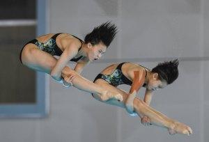 1月21日,上海浩沙隊選手陳芋汐(左)/北京水立方隊選手張家齊在女子雙人10米跳台決賽中。(新華社)