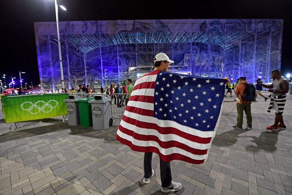 fan-american-flag-usa-rio-aquatic-center