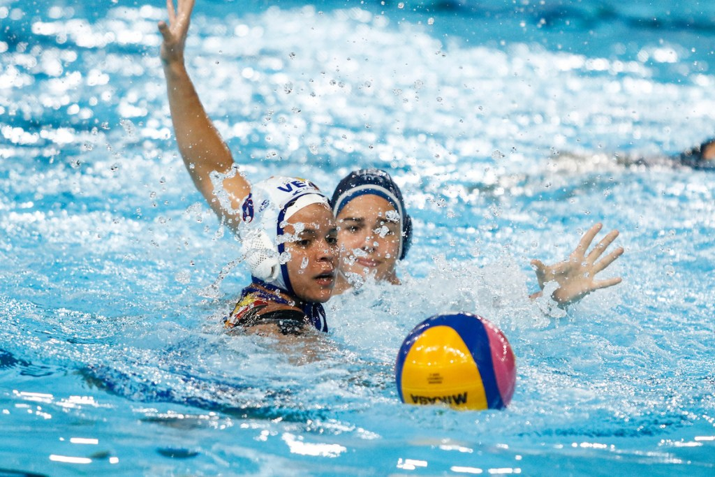 Lima, Tuesday, August 6, 2019. Soleylin Martinez from Venezuela, left, faces the USA 's team during Women's Water Polo match at Villa María del Triunfo at the Pan American Games Lima 2019. Copyright Paul Vallejos / Lima 2019 ** NO SALES ** NO ARCHIVES **