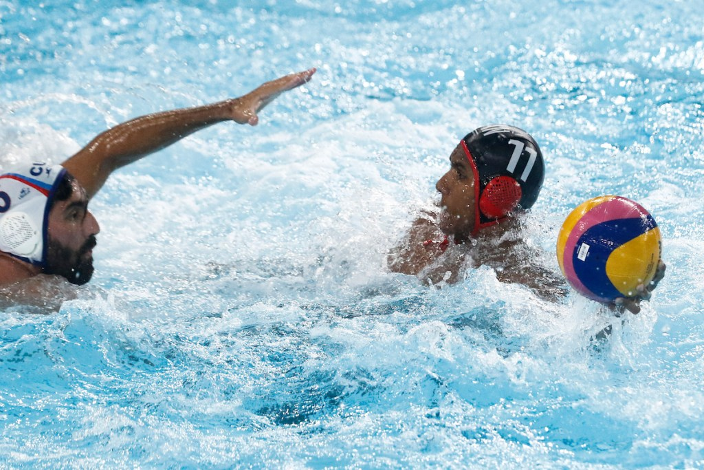 Lima, Tuesday, August 6, 2019 - Ivey Arroyo from Cuba tries to reach Mark D' Souza from Canada during the Men's Group A Preliminary Waterpolo match at Villa María del Triunfo during Pan American Games Lima 2019. Copyright Paul Vallejos / Lima 2019 Mandatory credits: Lima 2019 NO SALES NO ARCHIVES **
