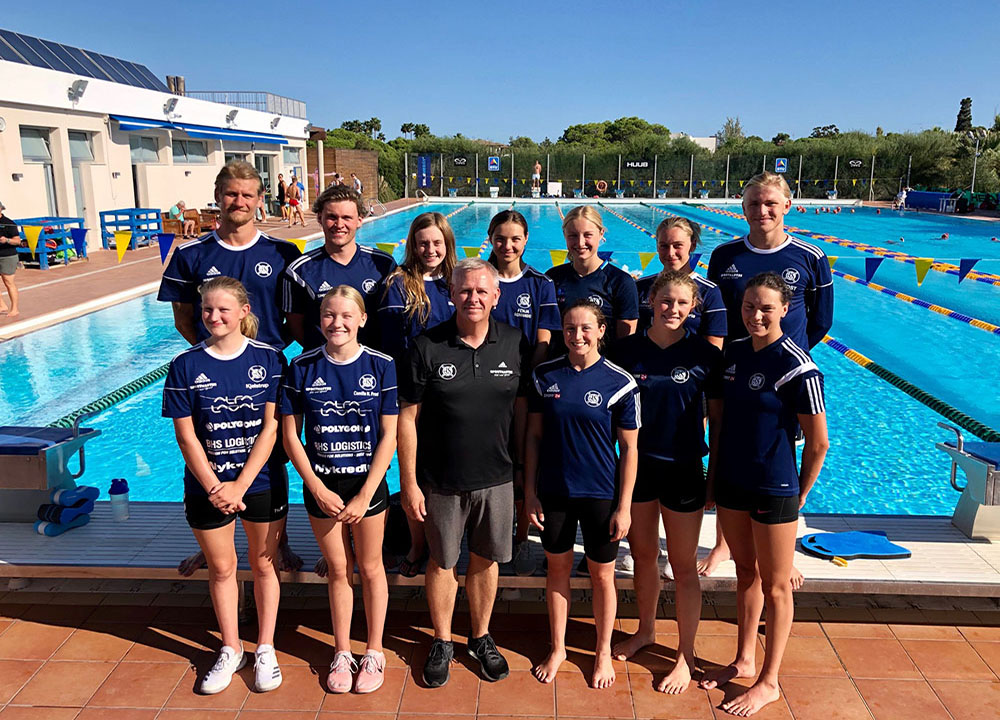 Coach Leifi and Aalborg members poolside