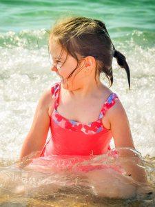 Niña en la playa 6