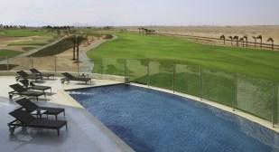 Golfreisen Makadi Bay - Steigenberger Madinat Makadi Bay Hotel & Golf Resort. Madinat Makadi ist noch ein wenig bekannter, junger Urlaubsort in Ägypten an der Küste des Roten Meeres. Die Gäste werden verzaubert sein durch das einzigartige Flair von Wüste, grandioser Bergkulisse und tiefblauem Meer. Vom Hotel bietet sich ein wunderschöner Blick auf die grünen Fairways und das blaue Meer im Hintergrund.