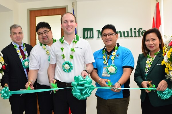 Calbayog Mayor Hon. Ronaldo P. Aquino (fourth from left) cuts the ceremonial robbon at Manulife Calbayog with (left to right) Manulife Philippines Chief Operating Officer John Januszcz
