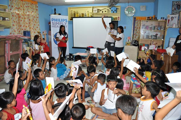 The children of Barangay Balagtas, Pamplona Uno in Las Piñas City eagerly participate in a Philips Simply Healthy learning session, where they learned about energy efficiency and conservation.