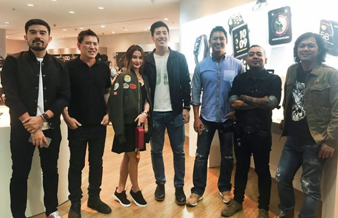 L-R: Power Mac Center brand ambassadors Champ Lui Pio, Director Brillante Mendoza, Chienna Filomeno, Jeric Teng, Marc Nelson, Jay Contreras, and Raimund Marasigan are in full force for the iPhone 7 midnight launch at Power Mac Center Greenbelt 3.