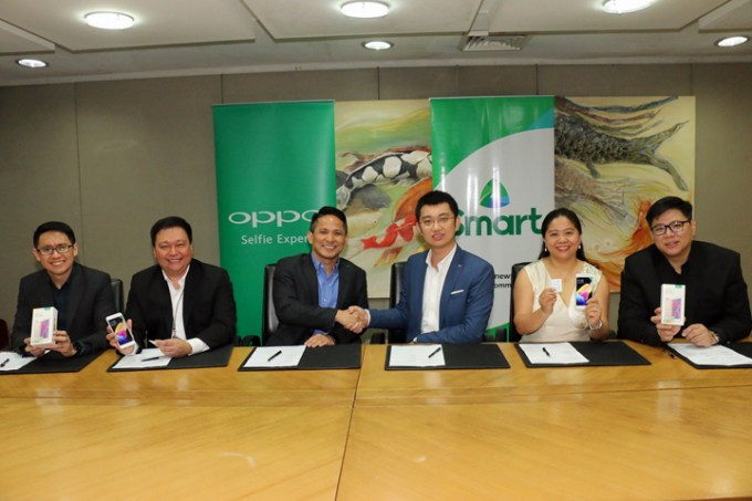 Teaming up to push LTE in PH. Present at the signing ceremonies were (L-R): Smart Vice President for Prepaid Marketing Carlo Endaya, PLDT-Smart FVP and Consumer Marketing Head Andrew L. Santos, PLDT-Smart SVP and Head of Consumer Business Market Development Oscar Reyes Jr, OPPO Vice President for Channel Sales Zen Han, OPPO Vice President for Marketing Jane Wan, and OPPO Vice President for Operations Garrick Hung.