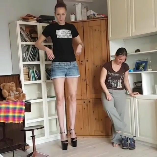 بالصور والفيديو: صاحبه اطول ساقين في العالم عارضة الأزياء ايكاترينا ليزينا