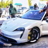 """Porsche Taycan troppo piccola per Dwayne """"the Rock"""" Johnson"""
