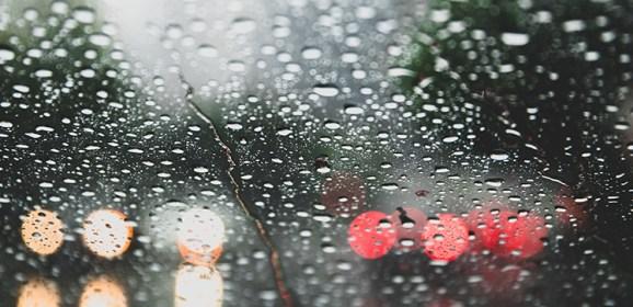 Consigli di guida in caso di pioggia pesante e allagamenti