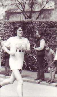 Sven ute och joggar