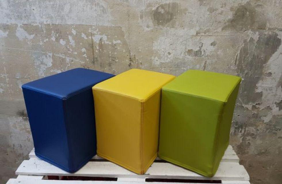 Das Foto zeigt FlatCubes von SWOOFLE. Passend zur Farblehre in der Farbkombination - blau grün gelb - SWOOFLE Mietmöbel