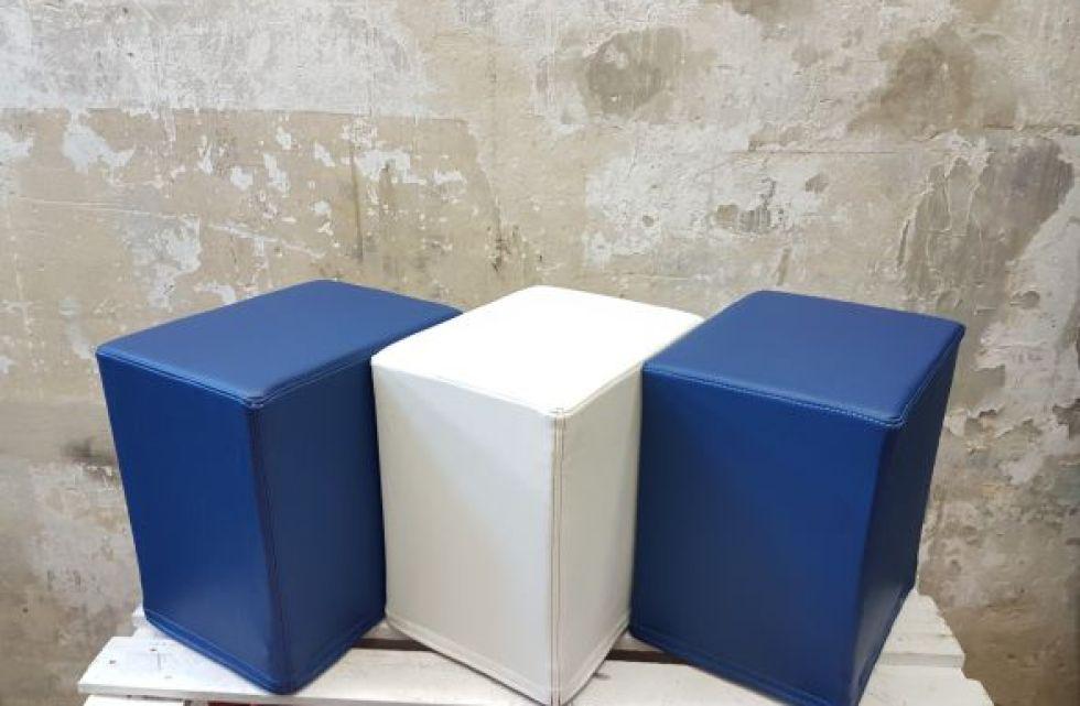 Das Foto zeigt FlatCubes von SWOOFLE. Passend zur Farblehre in der Farbkombination - blau weiß blau - SWOOFLE Mietmöbel