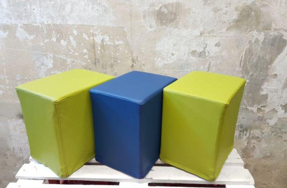Das Foto zeigt FlatCubes von SWOOFLE. Passend zur Farblehre in der Farbkombination - grün blau grün - SWOOFLE Mietmöbel