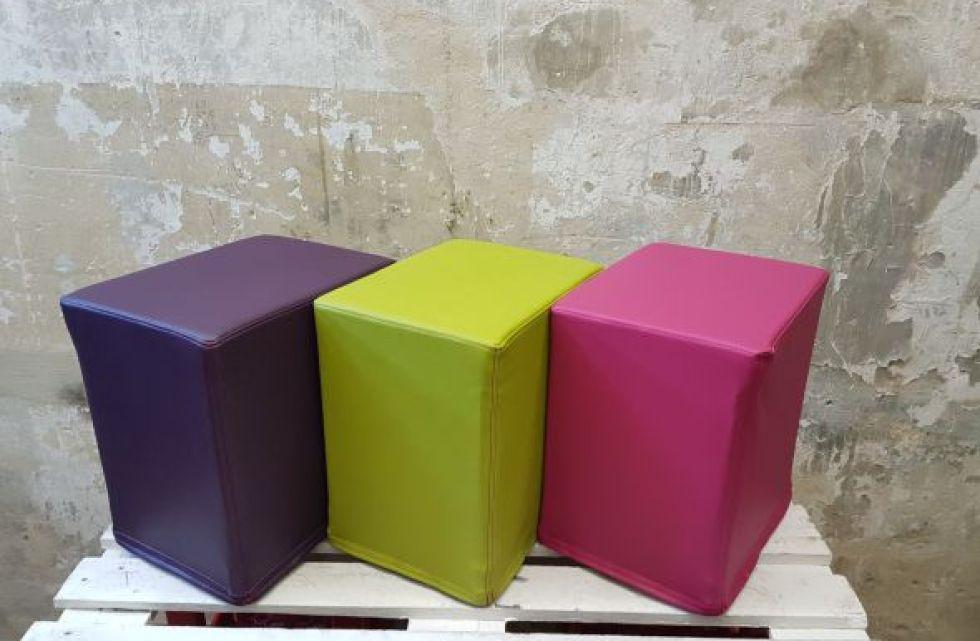 Das Foto zeigt FlatCubes von SWOOFLE. Passend zur Farblehre in der Farbkombination - lila grün fuchsia - SWOOFLE Mietmöbel