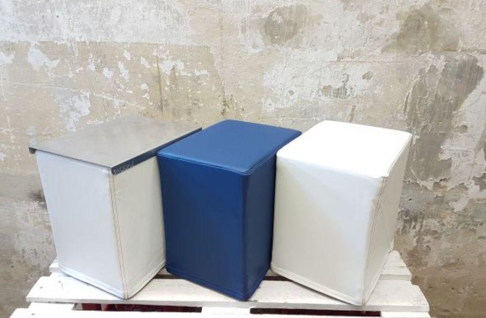 Das Foto zeigt FlatCubes von SWOOFLE. Passend zur Farblehre in der Farbkombination - weiß blau weiß silber - SWOOFLE Mietmöbel