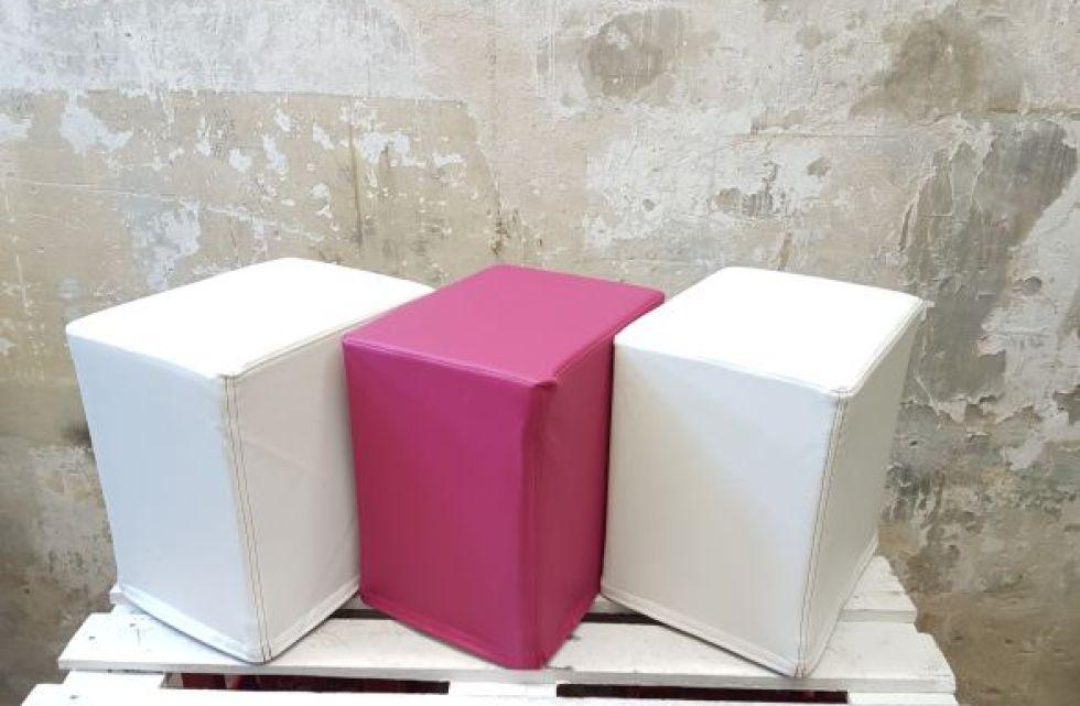 Das Foto zeigt FlatCubes von SWOOFLE.Passend zur Farblehre in der Farbkombination - weiß fuchsia weiß - SWOOFLE Mietmöbel