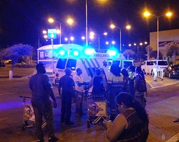 Les premiers secours à la sortie de l'aéroport de Curacao le 15 juillet 2014. (source : twitter Adir Ayudi)