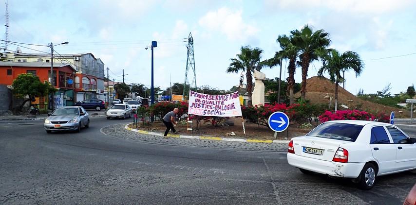 Les grévistes de l'hôpital au rond point d'Agrément le 03 mai 2015, un haut lieu de la contestation locale