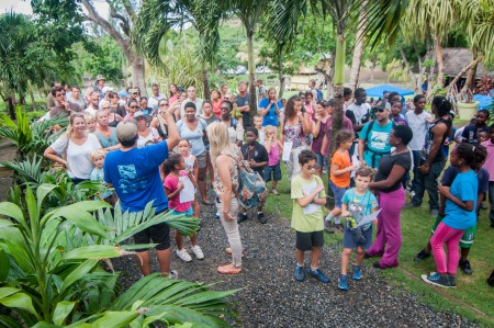 Des participants de tous âges se sont réunis pour une des visites guidées dans la forêt de l'événement. (Photo par Mark Yokoyama)