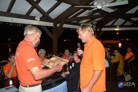 J.C. van Rymenant reçoit un cadeau de Christian Fardell