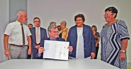 Pascal Jacob présente la Charte Romain Jacob signée par les différents partenaires de Saint-Martin et de Saint-Barthélemy.