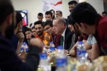 طالب يدعو أردوغان إلى السحور عبر تويتر.. والرئيس يرد: سآتي إذا كان الشاي جاهزاً