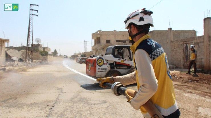 """""""بالعمل نعيد الأمل"""".. هممٌ عالية للدفاع المدني لتنظيف شوارع ريف حماة"""