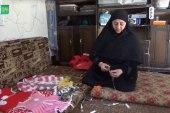 امرأة تعمل على تحويل المهملات إلى أشكال جميلة في إدلب