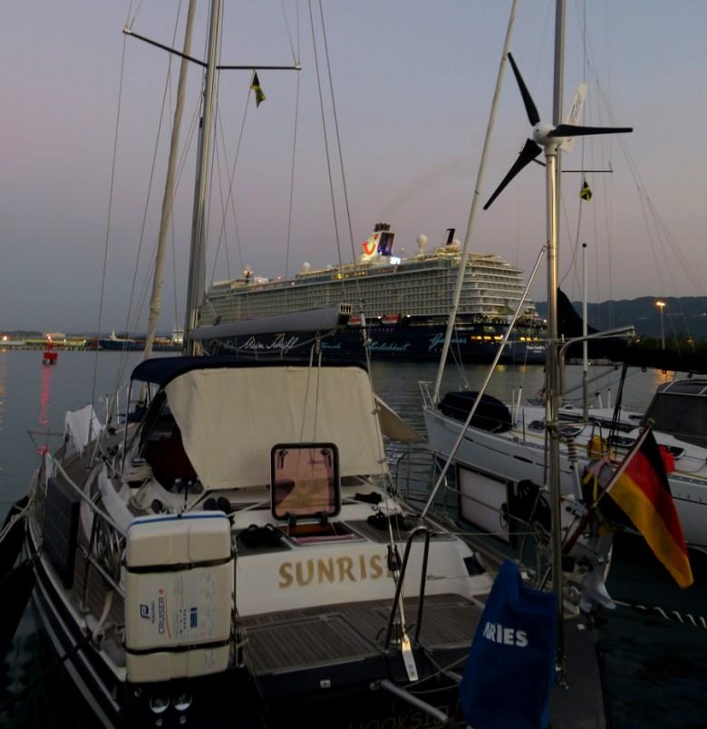 """Sunrise an Steg und im Hintergrund das Hochhaus """"Mein Schiff 4"""""""