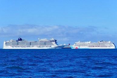 Ansteuerung Cape Canaveral Zwei Kreuzfahrtschiffe Richtung Bahamas, Eines rein.