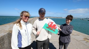 Ut på moloen for å flagge med det Walisiske symbolet. Moloen er 2,5 km og ble ferdig 1873 (lengste i Europa)