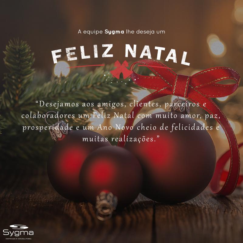 Bolas de Natal e arranjo com mensagem de Feliz Natal