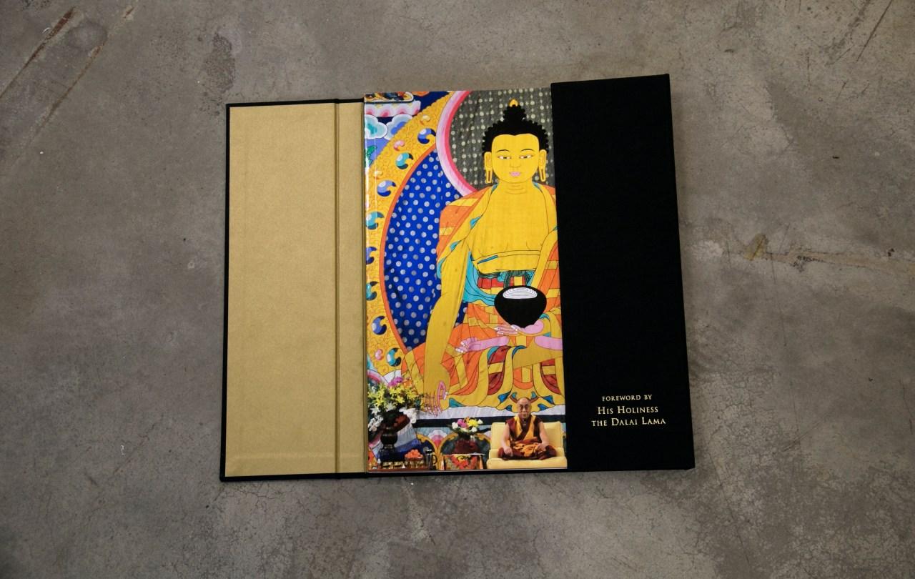 SYL muestra sobriedad y elegancia en libro de lujo el ultimo Dalai Lama plafon dos solapas cantos dorados