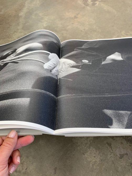SYL produce el catalogo de la exposicion Harmony of Chaos de Renato Dagostin obra gran formato serigrafia en negro y blanco sobre carton gris cosido ecolier