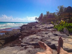 Lire sur une plage peu achalandée, à Tulum.