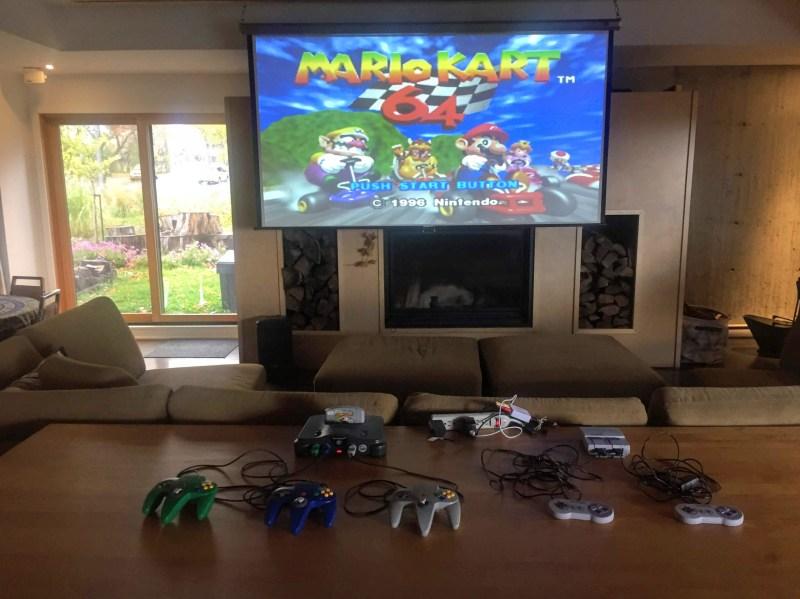 Une console Nintendo 64 branchée sur le projecteur de la maison commune.