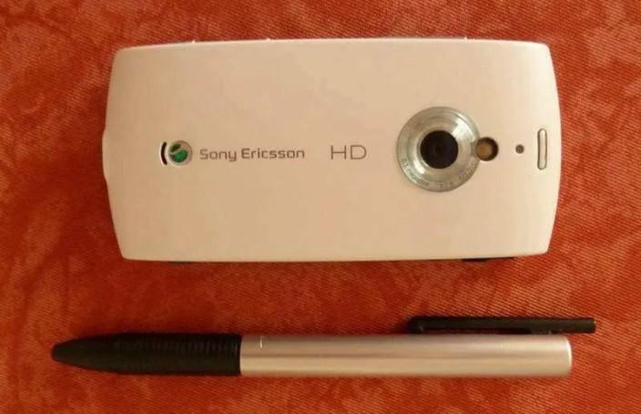 Bild - Rückseite - rechts über der Kamerablende der Ein-/Ausschalter