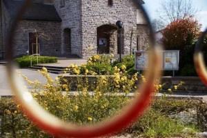 Blick auf die Kirchentür vom Spielplatz aus