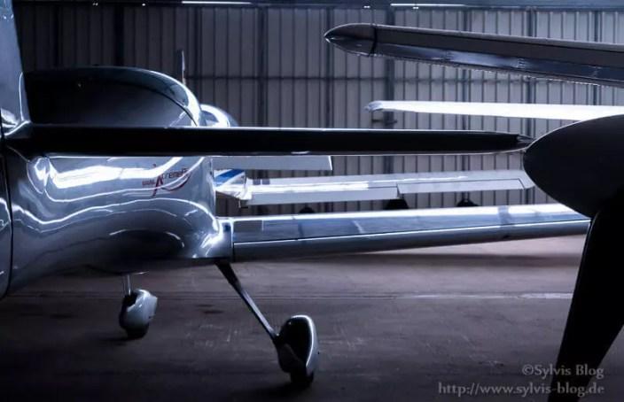 Sportflugzeuge im Hangar
