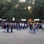 Nach der kurzen Wanderung vom S-Bahnhof ist endlich der Eingang zur Waldbühne in Sicht